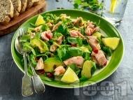 Салата от бейби спанак, сьомга на фурна, авокадо, тиквени семки и годжи бери